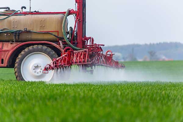 Landwirt bringt Pestizide auf einem Getreidefeld aus