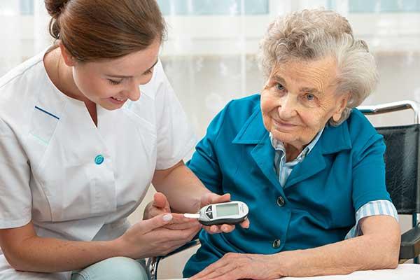 Blutzuckermessung bei einer Seniorin mit Diabetes