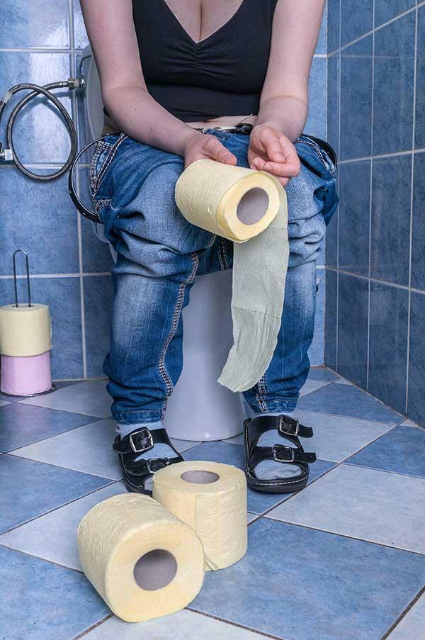 Frau mit Durchfall auf WC