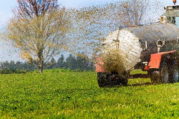 Traktor bringt Gülle aus
