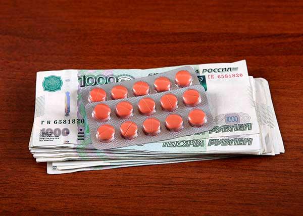 Medikamente und Rubel-Scheine