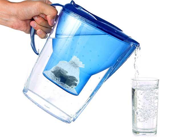Krug herkömmlicher Wasserfilter plus Edelschungit-Wassersäckchen